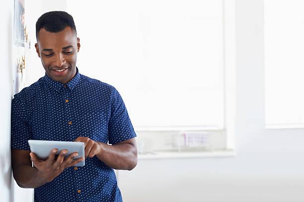 영감을 찾는 온라인 - 디지털 태블릿 사용하기 뉴스 사진 이미지