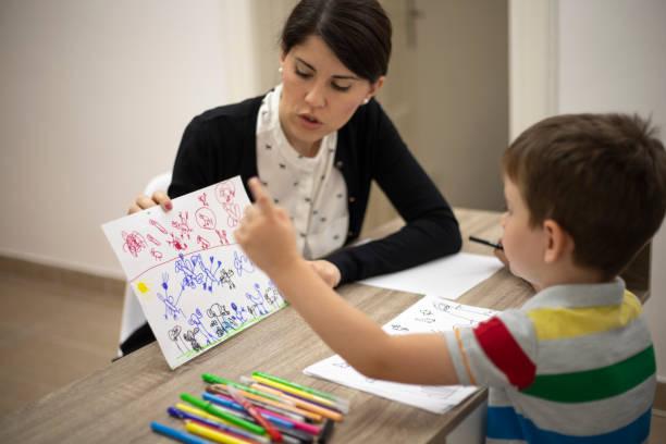 finden von symbolen in seinen zeichnungen - autismus stock-fotos und bilder