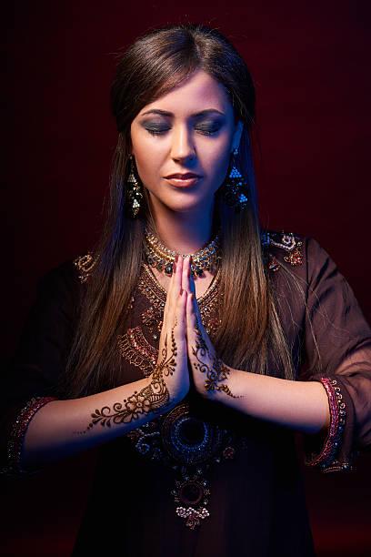 kunst porträt der wunderschöne mode-indianer - ruhegebet tattoo stock-fotos und bilder
