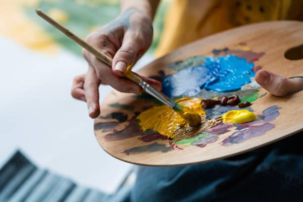 fine art school artist mix acrylic paint palette - malarstwo zdjęcia i obrazy z banku zdjęć