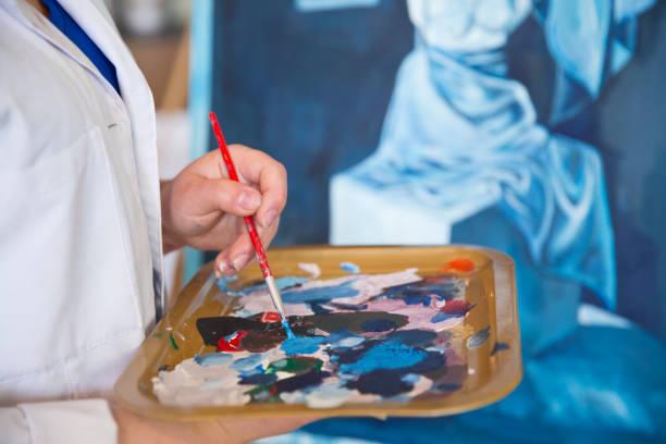 bildende kunst-studenten malerei - high school bilder stock-fotos und bilder
