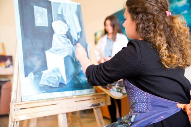 bildenden kunst studenten gemälde - high school bilder stock-fotos und bilder