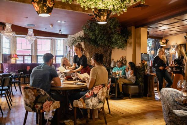 comida sin fin en el almuerzo - restaurante fotografías e imágenes de stock
