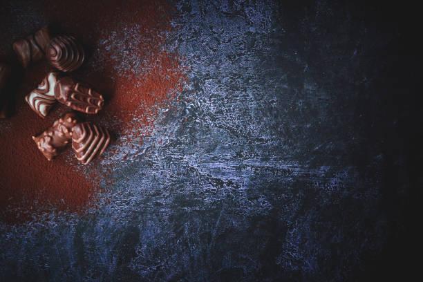 feinste schokoladenpralinen - schokoladen trüffeltorte stock-fotos und bilder
