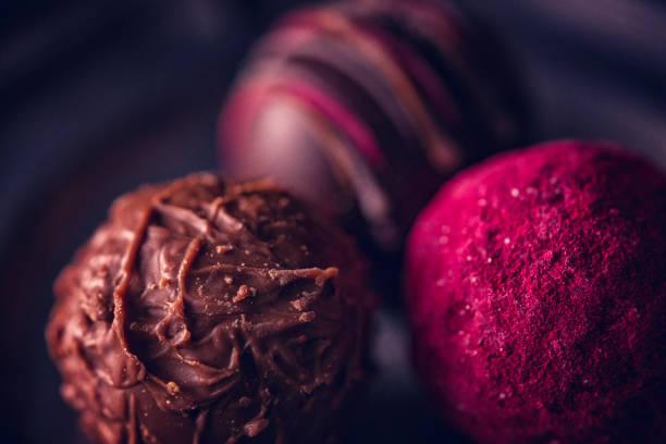 feinste pralinen - schokoladen trüffeltorte stock-fotos und bilder