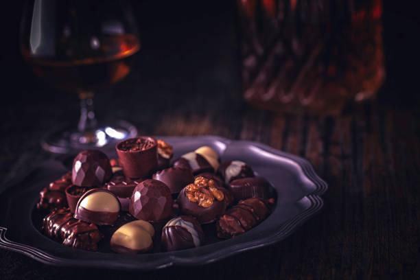 feinste pralinen mit brandy - schokoladen trüffeltorte stock-fotos und bilder
