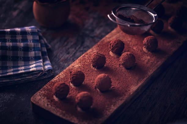 feinste schokolade trüffel pralinen - schokoladen trüffeltorte stock-fotos und bilder