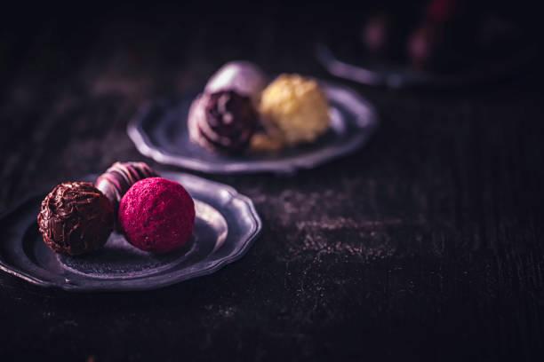 feinsten hausgemachten pralinen - schokoladen trüffeltorte stock-fotos und bilder