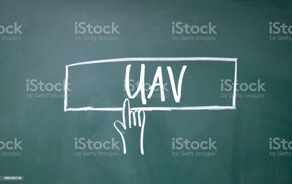 黑板上的手指點擊無人機符號 免版稅 stock photo