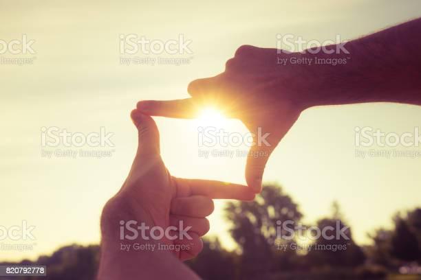 Fingerrahmen Erfassen Den Sonnenuntergang Stockfoto und mehr Bilder von Anreiz
