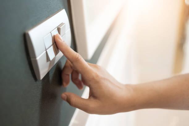 El dedo se enciende o se apaga con el interruptor de luz - foto de stock