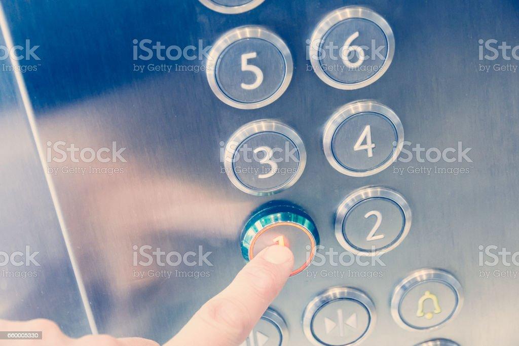 Prensas de dedo en primer piso en edificio de negocios moderno ascensor metal - foto de stock
