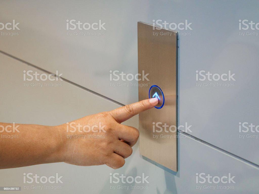 dedo presiona el botón del elevador, arriba y abajo button.woman presionando el botón del elevador. dedo presiona el botón del elevador. lifestyleconcept. - foto de stock