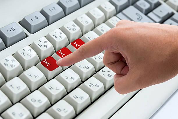 Dito premendo il pulsante tastiera computer parole chiave xxx - foto stock