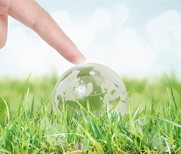 Glühende Erde Globus in seinen Händen – Foto
