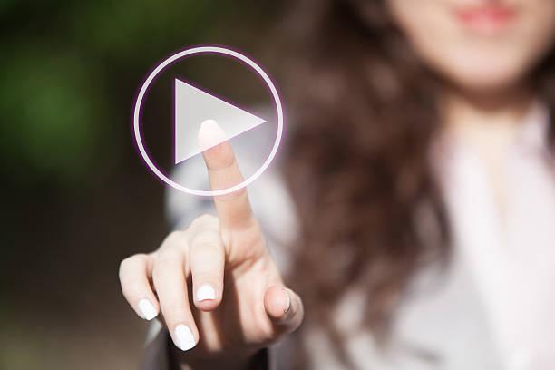 fingerdrücken der wiedergabetaste auf dem touchscreen. - anfang stock-fotos und bilder