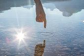 指タッチ面の山の湖