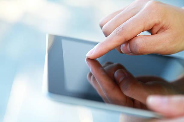 finger berühren tablet-pc-bildschirm - blaue kontaktlinsen stock-fotos und bilder