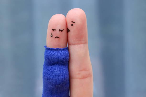 finger-kunst unzufrieden paares. schwanger weint, ihr mann beruhigt. er küsst und umarmt sie. - neuanfang nach trennung stock-fotos und bilder