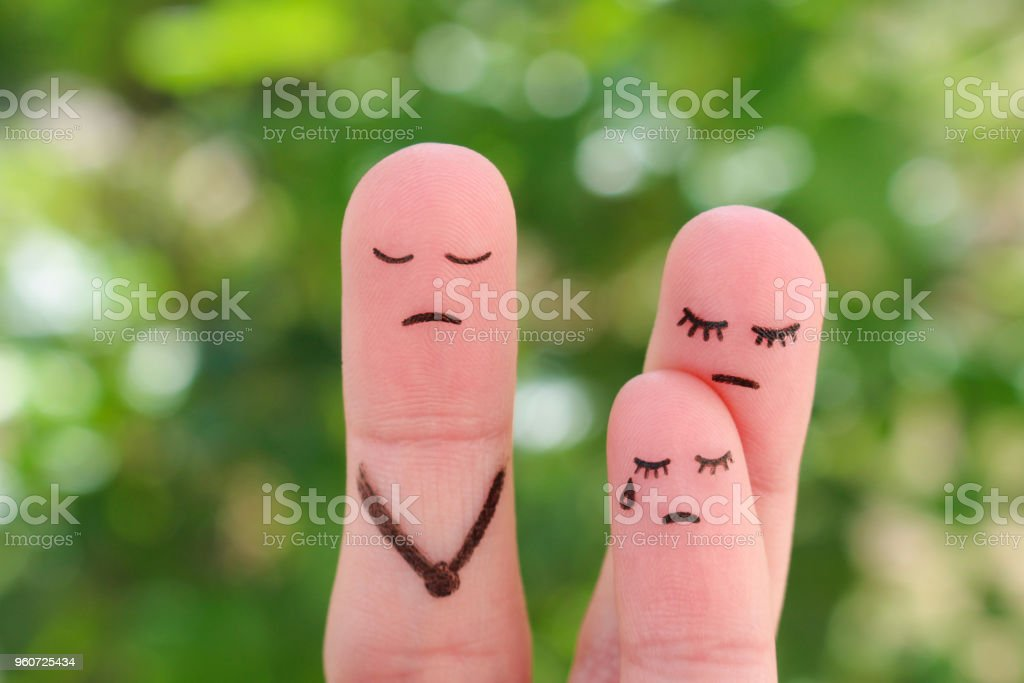 喧嘩中に家族の指アート。概念の母は彼の父との通信に子を与え。アイデアに両親が離婚、子供はお母さんと残った。 ストックフォト