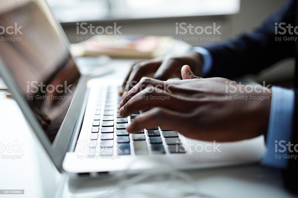 Mains sur clavier - Photo