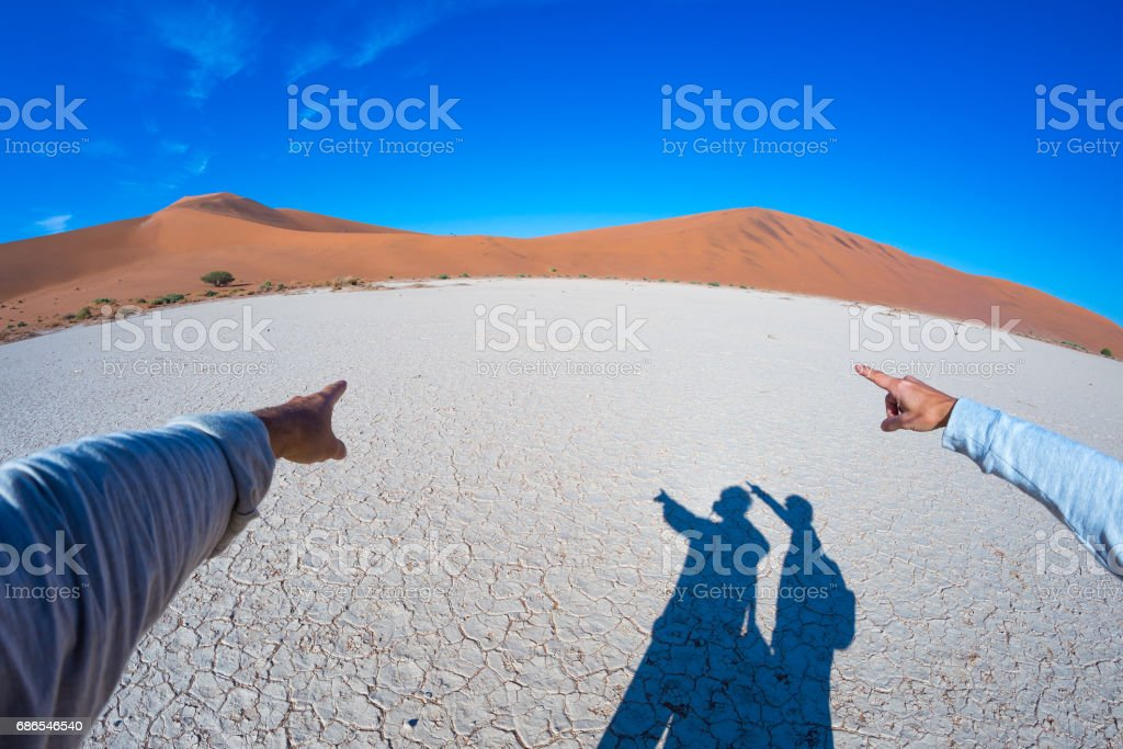 Fingers pointing to the scenic sand dunes of Sossusvlei foto stock royalty-free