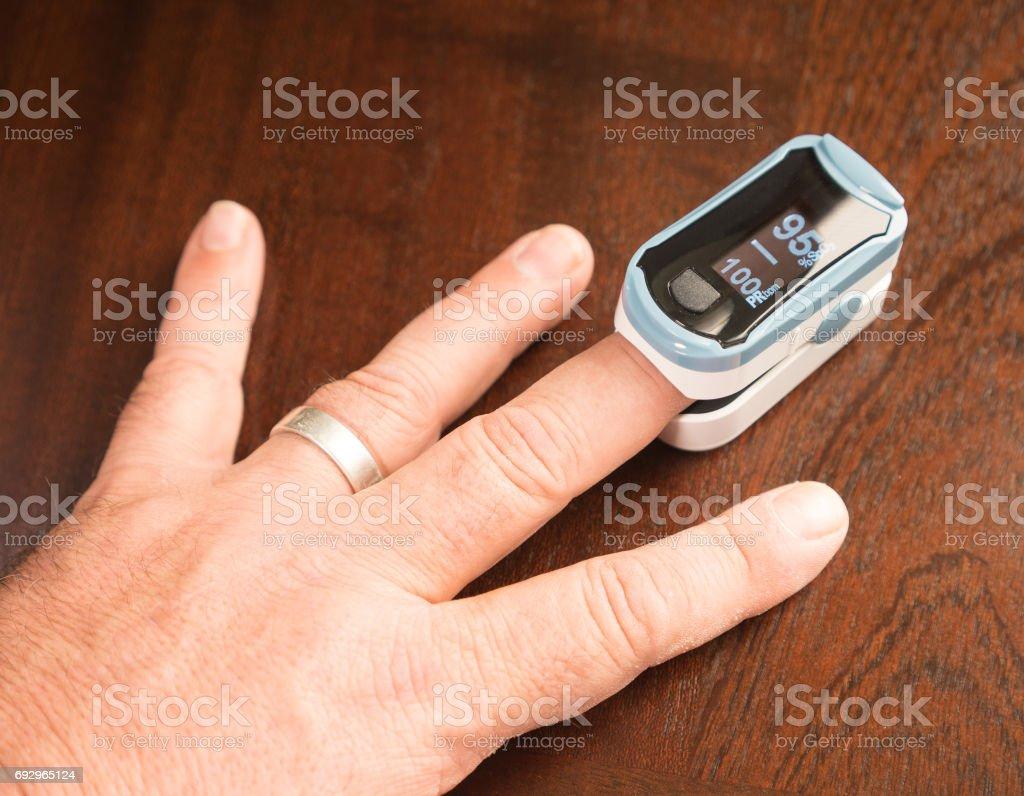 Oxígeno Sensor tasa salud Testor pulsioxímetro de dedo foto de stock libre de derechos
