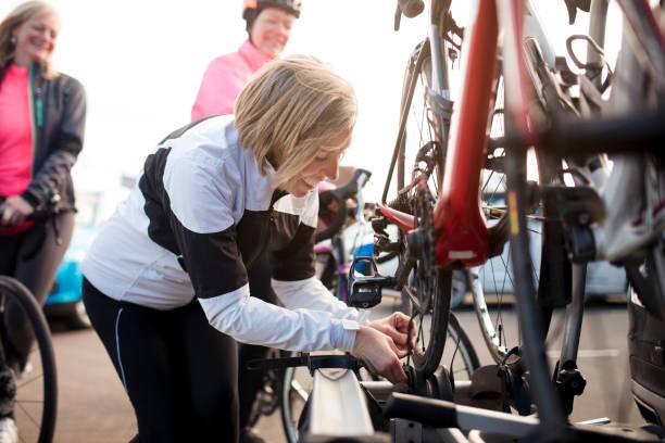 acabamento de um passeio de bicicleta - girl power provérbio em inglês - fotografias e filmes do acervo