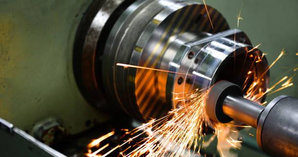 Metallbearbeitung an hochpräziser Schleifmaschine in der Werkstatt – Foto