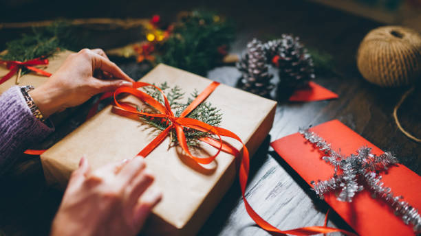 finishing up christmas gifts - avvolgere foto e immagini stock