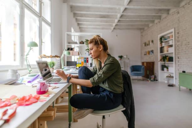 terminar el trabajo en línea desde la oficina en casa - trabajo freelance fotografías e imágenes de stock