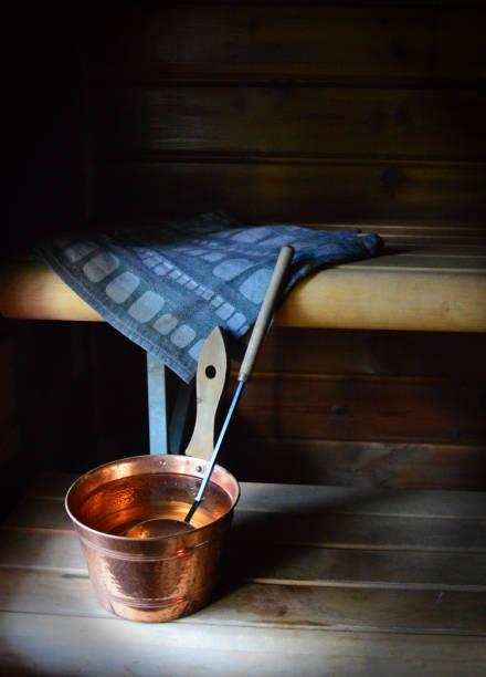 finnische sauna essentials, wasser-eimer, schaufel und leinentuch auf den bänken der holzsauna - sauna textilien stock-fotos und bilder
