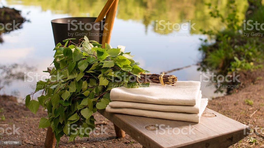 Finnische Sommer Landschaft und sauna Objekte auf Tisch am See. – Foto