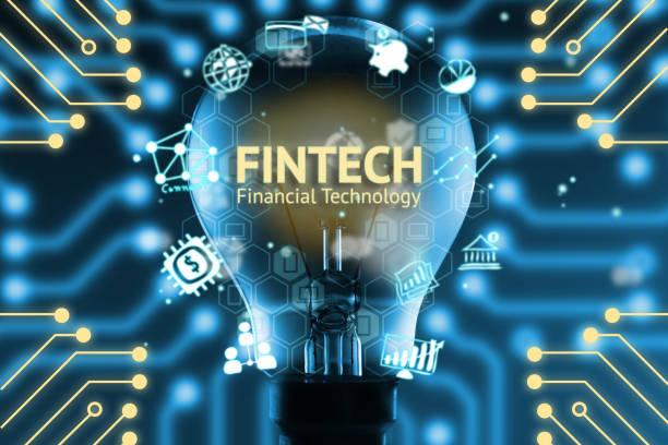 Concepto de FinTech. Iconos de tecnología financiera y bancaria. Bombilla, infografía, textos e iconos. Gráfica de circuitos eléctricos con fondo azul - foto de stock
