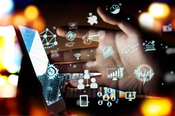 FinTech Finanztechnologie Anlagekonzept. P2P-Zahlung Konzept Bild. Start und Crowd-funding Konzept. Soziales Netzwerk mit P2P Kredite. Smartphone mit Technologie-Symbole, die sich aus dem Bildschirm. – Foto