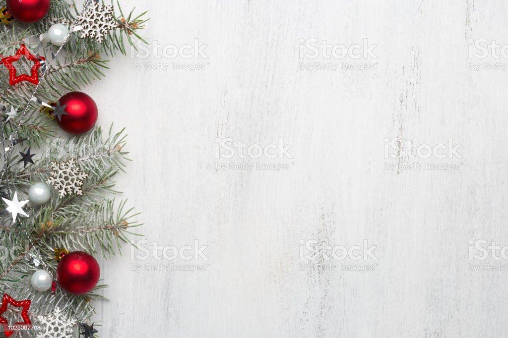 Rama de abeto con adornos de Navidad en la vieja madera shabby fondo con espacio de copia de texto. - Foto de stock de 2019 libre de derechos