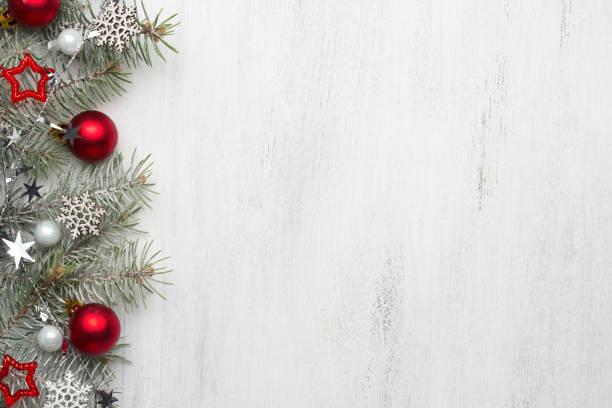 rama de abeto con adornos de navidad en la vieja madera shabby fondo con espacio de copia de texto. - christmas background fotografías e imágenes de stock