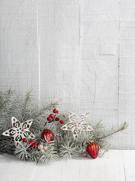 fir branch mit weihnachtsdekoration auf der holz plank - holzdeko weihnachten stock-fotos und bilder