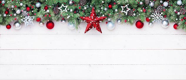 Fir Branches And Decoration On White Plank Christmas Border - Fotografie stock e altre immagini di Abete