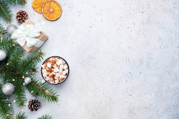 abete, scatola regalo e cioccolata calda. sfondo natalizio - flat lay foto e immagini stock