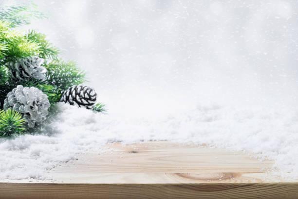 tanne, tannenzweig, schnee auf holztisch. - holzdeko weihnachten stock-fotos und bilder