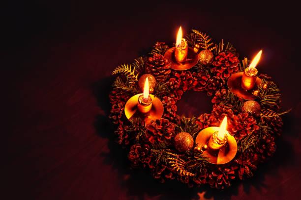 Couronne de sapin avec 4 bougies allumées - Photo