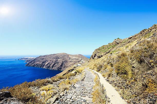 fira oia wanderweg entlang der caldera, santorin, griechenland - fira stock-fotos und bilder