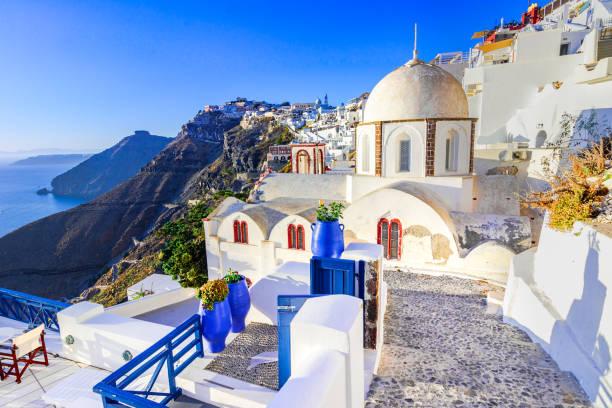 fira, santorini, mit weißen dorf, gepflasterten wege, griechische orthod - fira stock-fotos und bilder