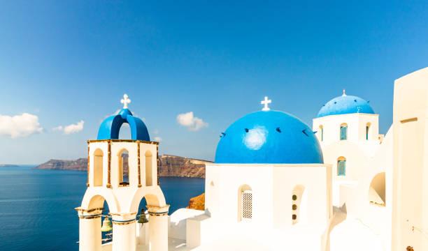 Fira Stadt auf Santorin Insel, Griechenland. Oia Dorf im Morgenlicht. Erstaunliche romantische Landschaft mit weißen Häusern. Insel der Liebenden – Foto