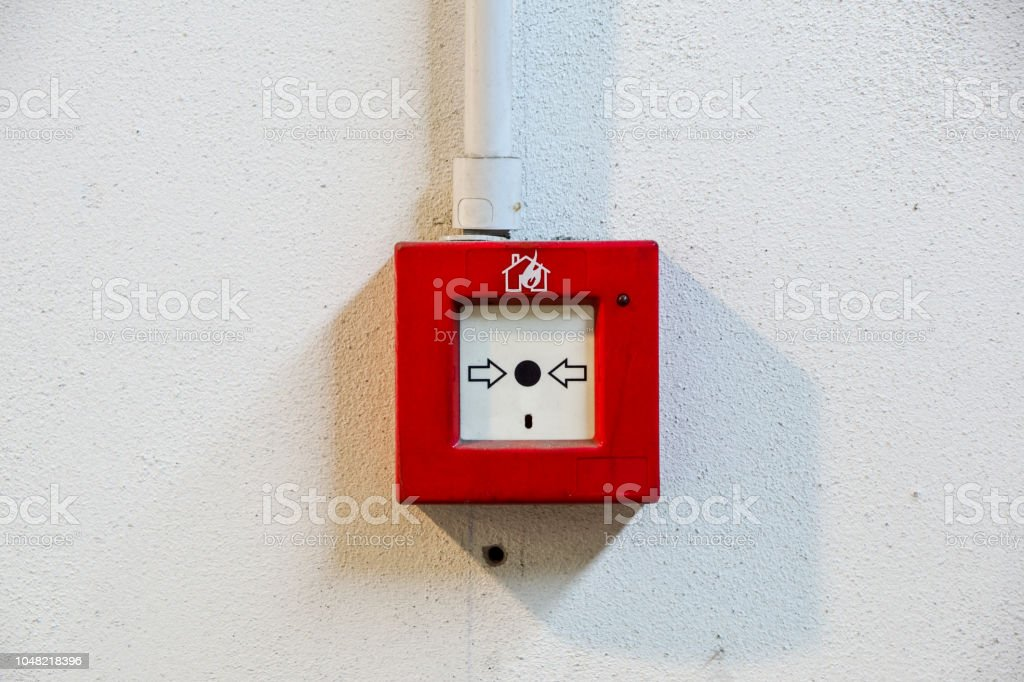 Fire alarm switch on white wall - foto stock