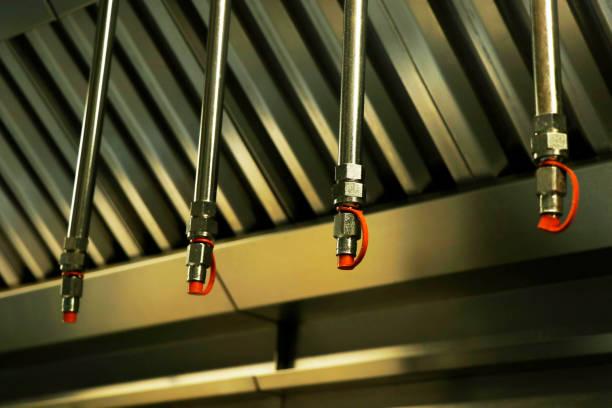brand- en veiligheidsuitrusting, noodwaterdispensersprinkler onder de dakkap meestal bevestigd in de keuken, fabrieken en magazijnen om het brandongeval te voorkomen - exploitatie stockfoto's en -beelden