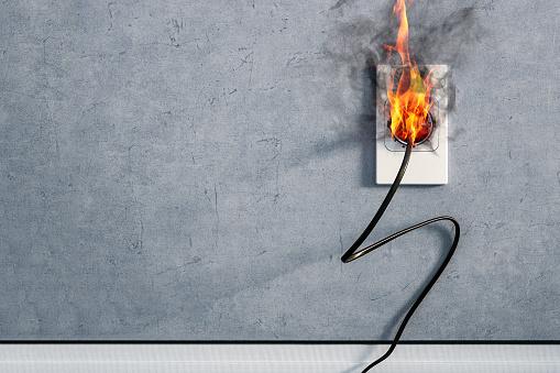 Fire And Smoke On Electric Wire Plug In Indoor Electric Short Circuit Causing Fire On Plug Socket - zdjęcia stockowe i więcej obrazów Autódromo do Estoril