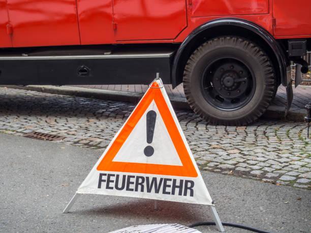 feuerwehr-warndreieck - feuerwehrmann deutsch stock-fotos und bilder