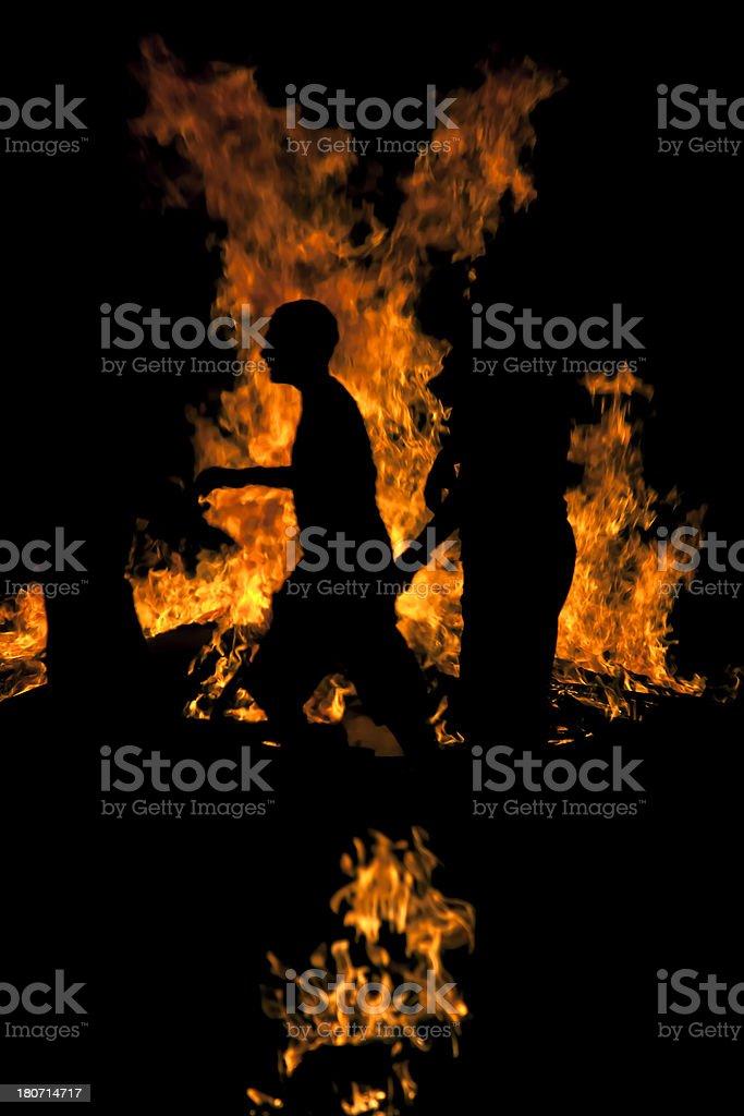 Humanos y ardor, llamas de fuego sobre fondo negro - foto de stock
